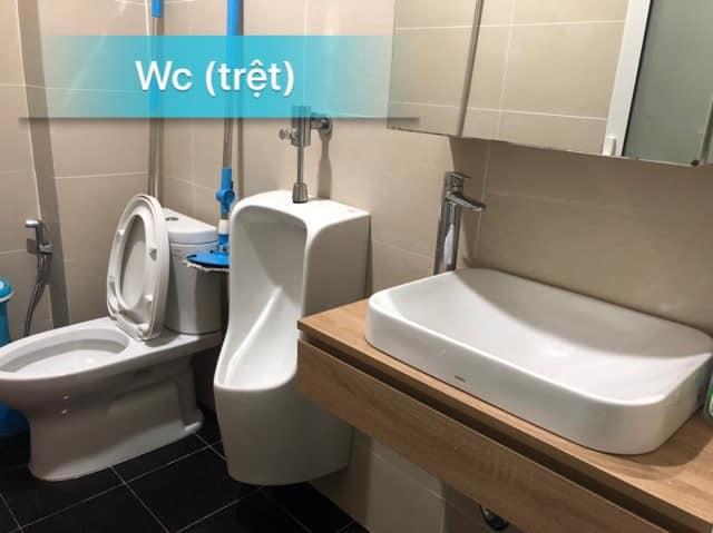 Nhà vệ sinh tầng trệt