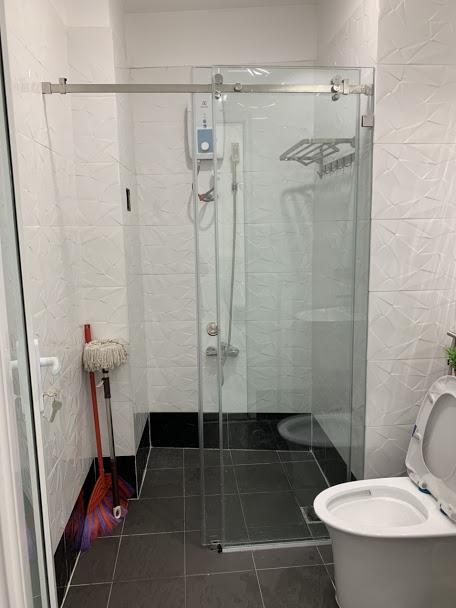Nhà vệ sinh với phòng tắm đứng hiện đại